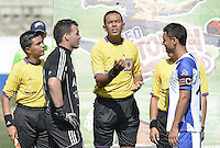 BELLO -COLOMBIA-05-04-2014. Alexis Viera (Izq), capitan del America, Eder Vergara (C), árbitro and Daniel Cataño (Der) capitan del Rionegro durante el sorteo de campo previo al encuentro entre Deportivo Rionegro y América de Cali por la fecha 12 del Torneo Postobón I 2014 jugado en el estadio Tulio Ospina de la ciudad de Bello./ Alexis Viera (L) , captain of America, Eder Vergara (C), referee, and Daniel Cataño, captain of Rionegro during the draw for field prior a match between Rionegro and America de Cali in match for the 12th date of Postobon Tournament I 2014 at Tulio Ospina stadium in Bello city. Photo: VizzorImage/ Gabriel Aponte / Staff