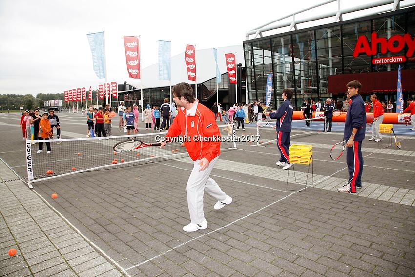 20-9-07, Netherlands, Rotterdam, Daviscup NL-Portugal, Streettennis met het Daviscupteam op het voorplein van Ahoy, op de voorgrond Raemon Sluiter