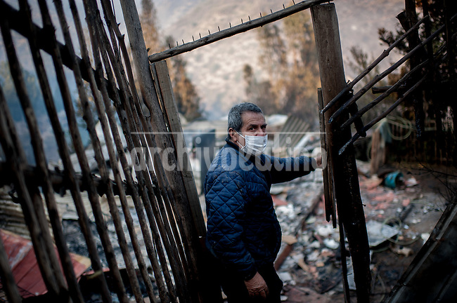 Valparaiso, Chile. Domingo 13 de Abril 2014. Cerro La Cruz.<br /> consternados los habitantes del cerro la Cruz de Valparaiso enfrentan a la luz del dia el desastre provocado por el mega-incendio que afecto a Valparaiso este fin de semana. Dejando un saldo de 2500 casas consumidas por el fuego, 10000 personas evacuadas 12 muertos y 850 ha quemadas.<br /> Eng.<br /> Valparaiso, Chile. Sunday, 13 April 2014. Cerro La Cruz. <br /> dismayed the inhabitants of Cerro la Cruz Valparaiso face daylight the disaster caused by the mega-fires that affected Valparaiso this weekend. You leaving a balance of 2500 houses destroyed by fire, 10,000 people evacuated 12 people and burned 850 ha.