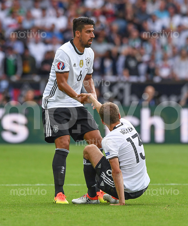 FUSSBALL EURO 2016 GRUPPE C IN PARIS Nordirland - Deutschland     21.06.2016 Sami Khedira (li) hilft Thomas Mueller (re, beide Deutschland) auf die Beine