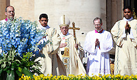 Papa Francesco celebra la messa di Pasqua in Piazza San Pietro, Citta' del Vaticano, 20 aprile 2014.<br /> Pope Francis celebrates the Easter Mass in St. Peter's Square, Vatican, 20 April 2014.<br /> UPDATE IMAGES PRESS/Isabella Bonotto<br /> <br /> STRICTLY ONLY FOR EDITORIAL USE