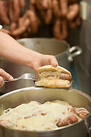 Europe/France/Rhône-Alpes/73/Savoie/ env de Chambéry/Voglans: Préparation du  casse-croute  au diot ( saucisse de porc cuie avec des oignons dans du vin rouge) à la Boulangerie Vincent-le Hamburger Savoyard