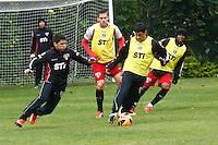 SAO PAULO, SP, 23 DE JULHO DE 2013. TREINO SPFC  . Os jogadores do São Paulo Futebol Clube, Oswaldo e Fabricio, durante treino do SPFC no Centro de Treinamento na Barra Funda, zona oeste da capital paulista. FOTO ADRIANA SPACA/BRAZIL PHOTO PRESS.