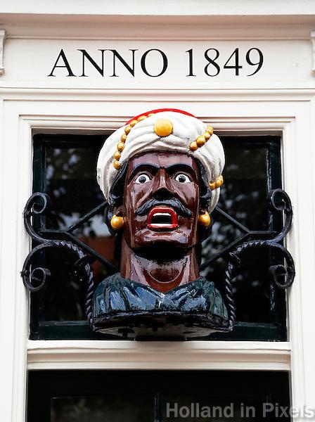 Een Gaper  aan de gevel van  een oude drogisterij in Haarlem