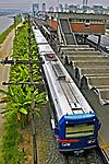 Transporte ferroviário urbano, Marginal Pinheiros, São Paulo. 2004. Foto de Juca Martins.