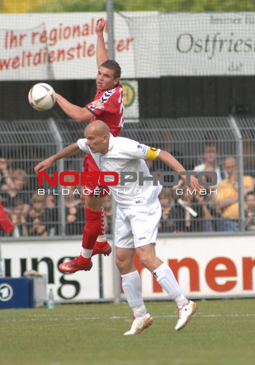 3. FBL 2008/2009 34. Spieltag RŁckrunde BSV Kickers Emden vs. Wacker Burghausen, Duell zwischen Rudi Zedi (Emden #2, weiŖ) gegen Christian Cappek (Burghausen #27) , Foto © nph (nordphoto)