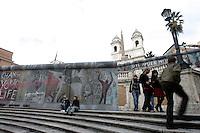 L'installazione inaugurata sulla scalinata di Piazza di Spagna, a Roma, 9 novembre 2009, per celebrare il ventesimo anniversario della caduta del Muro di Berlino..A view of the installation representing the Berlin Wall, set up on the Spanish Steps in Rome, 9 november 2009, to mark the 20th anniversary of its fall..UPDATE IMAGES PRESS/Riccardo De Luca