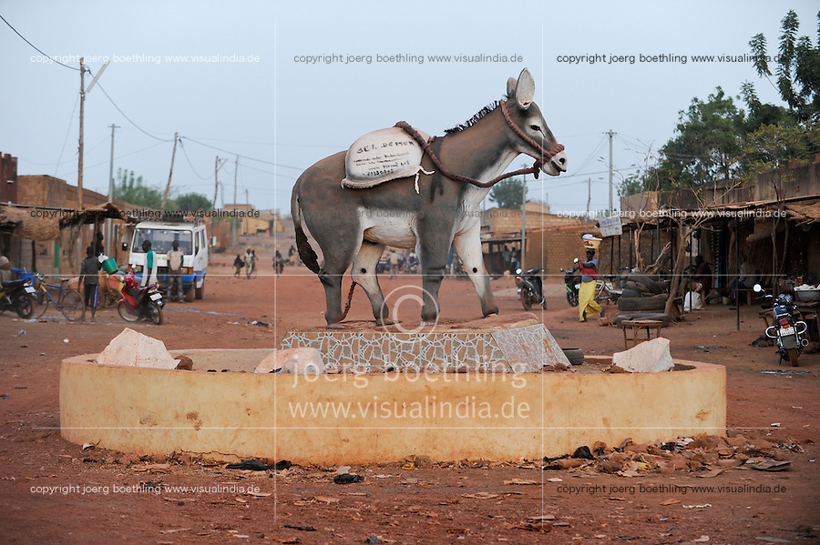BURKINA FASO Bokin traffic island with donkey / BURKINA FASO Bokin Verkehrsinsel mit Esel