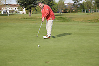 B&uuml;ttelborn 30.04.2016: 7. Charity Golf Turnier f&uuml;r die Dt. Krebshilfe, Golfpark Bachgrund<br /> Uwe M&uuml;ller beim Putten<br /> Foto: Vollformat/Marc Sch&uuml;ler, Sch&auml;fergasse 5, 65428 R'eim, Fon 0151/11654988, Bankverbindung KSKGG BLZ. 50852553 , KTO. 16003352. Alle Honorare zzgl. 7% MwSt.