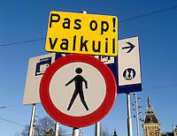 Verkeersbord bij de aanleg van de Noord-Zuidlijn  met de tekst: Pas op Valkuil