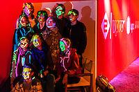 Utrecht, 30 september 2013. Nederlands Film Festival. Viueel kunstenaar Jan Willem Campmans beschildert bezoekers van het festivalpaviljoen met gekleurd licht. Foto: Nichon Glerum