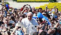 Papa Francesco saluta i fedeli al termine della messa di Pasqua in Piazza San Pietro, Citta' del Vaticano, 20 aprile 2014.<br /> Pope Francis greets faithful at the end of the Easter Mass in St. Peter's Square, Vatican, 20 April 2014.<br /> UPDATE IMAGES PRESS/Isabella Bonotto<br /> <br /> STRICTLY ONLY FOR EDITORIAL USE