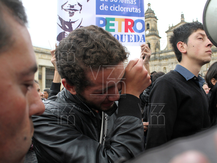 BOGOTÁ -COLOMBIA. 09-12-2013.  Gustavo Petro, Alcalde de Bogotá, Colombia, fue destituido por la Procuraduría General de La Nación e inhabilitado pr 15 años para ejercer puestos públicos. Cientos de manifestantes se congregaron en la Plaza de Bolívar frente al Palacio de Lévano para rechazar la decisión que deja a la capital de Colombia sin gobernante./ Gustavo Petro Mayor of Bogota D.C., Colombia, was removed by the Attorney General of the Nation and disquialified for 15 years to perform public office. Hundreds of supporters of Mayor gathered at the Simon Bolivar square in front of Lievano Palace to protest for the decision . Photo:  Photo: VizzorImage/ Felipe Caicedo / Staff
