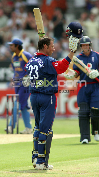 PICTURE BY VAUGHN RIDLEY/SWPIX.COM -  Cricket - Natwest Series - England v Sri Lanka - Headingley, Leeds, England - 01/07/06...? Simon Wilkinson - 07811 267706...England's Marcus Trescothick accepts applause for his century.