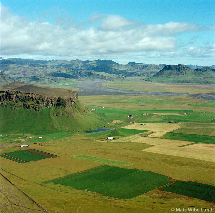Eyjarhólar, Nikhóll, Pétursey, Dyrhólahreppur /.The farms Eyjarholar and Nikholl and at the foot of mount Petursey. Dyrholahreppur