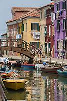 Italie, Vénétie, Venise,  Lagune de Venise,Île de Burano: canaux bordés de maisons vivement colorées.  // Italy, Veneto, Venice, Venetian Lagoon, Burano island: canals lined with brightly colored houses.