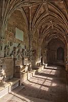 Europe/France/Aquitaine/24/Dordogne/Le Buisson-de-Cadouin: Abbaye de Cadouin - Le cloître Gothique flamboyant _ Galerie nord: siège abbatial en pierre et fresque de l 'Annonciation15 ème siècle<br /> :
