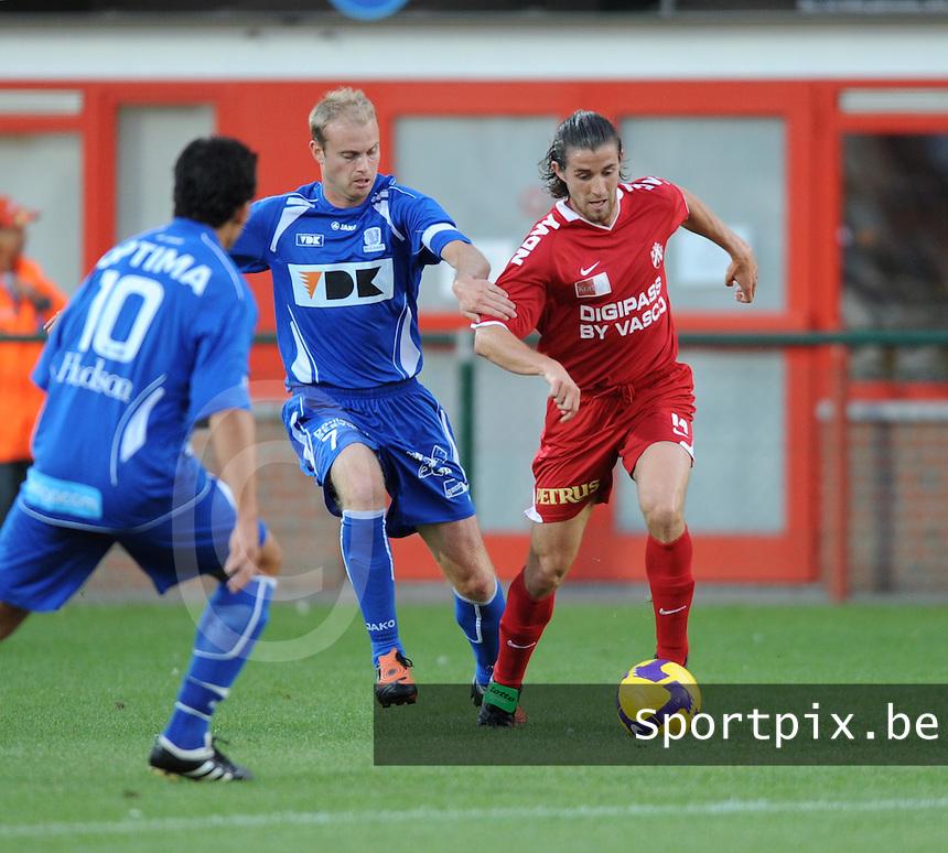 KV Kortrijk - AA Gent.duel Tim Smolders (midden) en Davy De Beule (rechts).foto VDB / BART VANDENBROUCKE