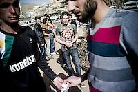 Jeunes hommes kurdes pendant le Newroz. Village de la région de Midyat (Turquie).