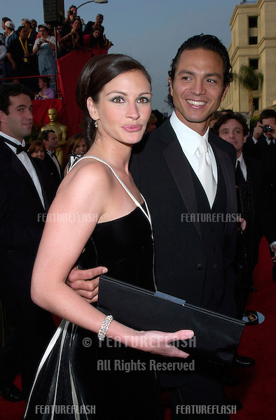 JULIA ROBERTS & actor boyfriend BENJAMIN BRATT at the 73rd Annual Academy Awards in Los Angeles.