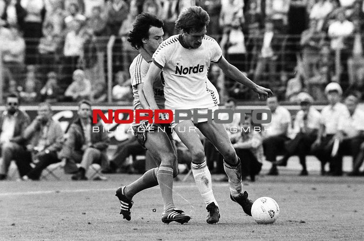BS-Bremen. Aus 1. BL Saison 1977-78 Eintracht Braunschweig gegen Werder Bremen 2:0 am 03.09.1977. Im Foto Werder Spieler Karlheinz Geils vor BS Spieler Wolfgang Frank                                                                                                    Foto:  nph / Rust