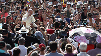 Papa Francesco saluta i fedeli al suo arrivo all'udienza generale del mercoledi' in Piazza San Pietro, Citta' del Vaticano, 20 giugno, 2018.<br /> Pope Francis waves to faithful as he arrives to lead his weekly general audience in St. Peter's Square at the Vatican, on June 20, 2018.<br /> UPDATE IMAGES PRESS/Isabella Bonotto<br /> <br /> STRICTLY ONLY FOR EDITORIAL USE