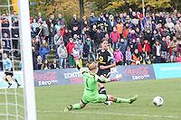 Kerstin Garefrekes (FFC) spielt Kathrin Längert (Bayern) aus und bereitet das 4:1 vor - 1. FFC Frankfurt vs. FC Bayern München