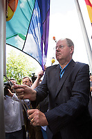 Berlin, Der Kanzlekandidat der SPD, Peer Steinbrueck am Samstag (15.06.13) in Berlin. Am Tag vor dem Christopher Street Day in Berlin hisst Peer Steinbrueck vor dem Willy-Brandt-Haus die Regenbogen-Flagge. Foto: Maja Hitij/CommonLens