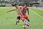 En juego válido por la séptima fecha del Torneo Finalización Colombiano 2013, las 'Águilas Doradas' vencieron 2 – 0 a Patriotas en el Metropolitano Ditaires / Hugo Bolaño (d) protegiendo el balón ante la marca de Luis Ferney Ríos (i).