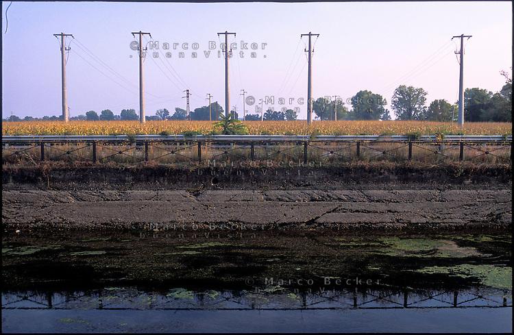 Il Naviglio Grande in secca a Corsico, lungo i campi nel Parco Agricolo Sud Milano. L'argine  --- The canal Naviglio Grande with shallow water in Corsico, along the fields in the Rural Park South Milan