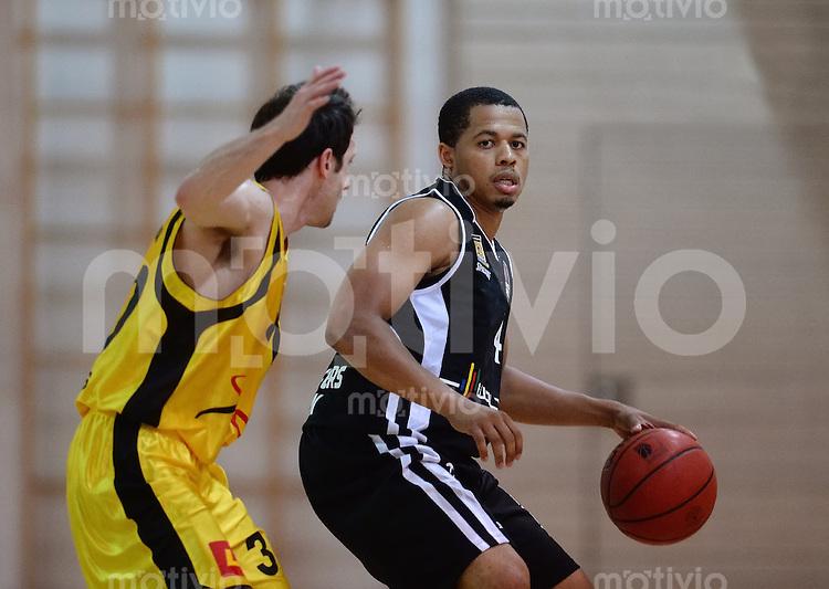 Basketball 1. Bundesliga 2013/2014  28.08.2013 Testspiel Kirchheim Knights - Walter Tigers Tuebingen Jonathan Wallace (re, Tigers)