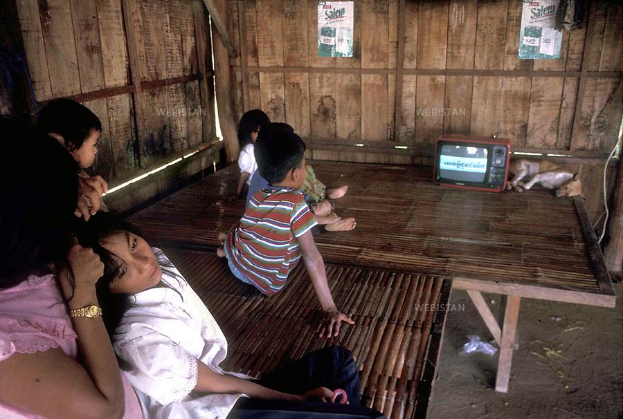 1996. Cambodia. Banteay Mean Chey Province. Sisophon. A family watching TV. Banteay Signifie la Province Chey. Sisophon. Une famille regardant la télé.