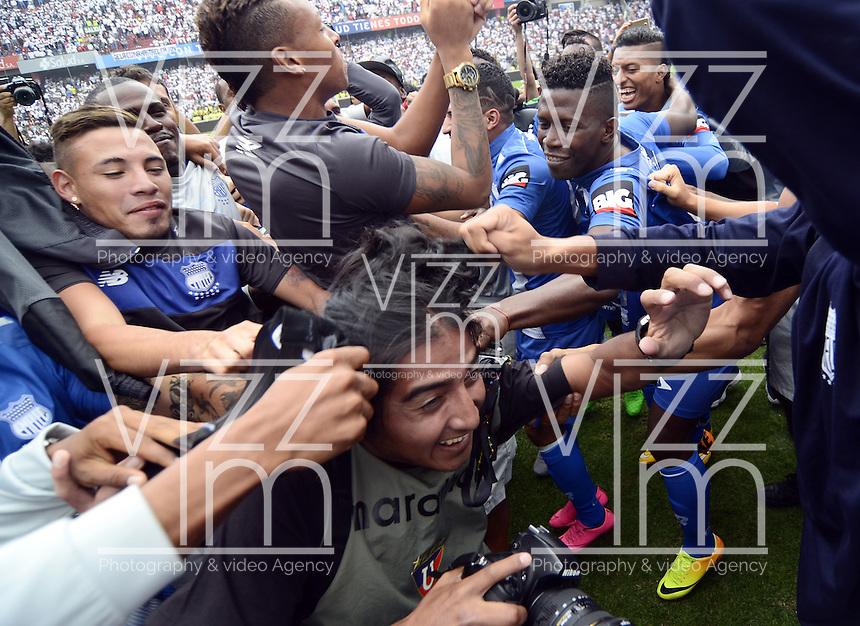 """QUITO - ECUADOR, 20-12-2015: C. S. Emelec de Ecuador se coronó por primera vez en su historia tricampeón consecutivo del Campeonato Ecuatoriano de Fútbol """"Copa Pilsener"""" 2015 tras empatar 0-0 en el juego de vuelta final con Liga de Quito (3-1 global) jugado en el estadio Casa Blanca en la ciudad de Quito. / C.S. Emelec of Ecuador won for first time in its history as consecutive three times champion of Ecuadorian Soccer Championship """"Pilsener"""" 2015 after tying 0-0 in a final second leg match with Liga de Quito (3-1 global) played at Casa Blanca stadium in Quito city . Photo: VizzorImage/ Alberto Suarez / ACGPHOTO"""