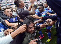 "QUITO - ECUADOR, 20-12-2015: C. S. Emelec de Ecuador se coronó por primera vez en su historia tricampeón consecutivo del Campeonato Ecuatoriano de Fútbol ""Copa Pilsener"" 2015 tras empatar 0-0 en el juego de vuelta final con Liga de Quito (3-1 global) jugado en el estadio Casa Blanca en la ciudad de Quito. / C.S. Emelec of Ecuador won for first time in its history as consecutive three times champion of Ecuadorian Soccer Championship ""Pilsener"" 2015 after tying 0-0 in a final second leg match with Liga de Quito (3-1 global) played at Casa Blanca stadium in Quito city . Photo: VizzorImage/ Alberto Suarez / ACGPHOTO"