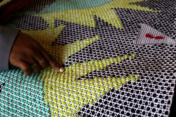 Rio Acima_MG, Brasil...Tapecaria do Projeto Fred, na foto detalhes da mao fazendo tapetes...The tapestry of Fred project, in this photo detail of hands doing carpets...Foto: BRUNO MAGALHAES / NITRO..