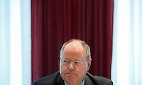 Berlin, der SPD-Kanzlerkandidat Peer Steinbrück, sitzt am Donnerstag (02.05.13) in der Landesvertretung Nordrhein-Westfalen in Berlin bei einem Treffen der SPD-Ministerpräsidenten..Foto: Steffi Loos/CommonLens