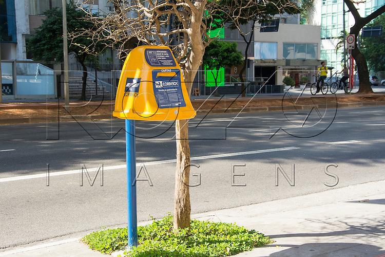 Caixa de coleta de correspondências dos Correios, São Paulo - SP, 07/2016.