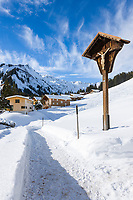 Austria, Vorarlberg, Kleinwalsertal, village Baad at valley end with Allgaeu Alps | Oesterreich, Vorarlberg, Kleinwalsertal, Baad: am Ende des Kleinwalsertals mit den Allgaeuer Alpen