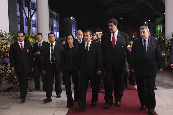 CAR4128. CARACAS (VENEZUELA), 07/03/2013.- Fotografía cedida por la presidencia de Venezuela muestra al presidente de Perú, Ollanta Humala (c), al vicepresidente de Venezuela, Nicolás Maduro (2d), y al canciller peruano, Rafael Roncagliolo (d), asistiendo hoy, jueves 7 de marzo de 2013, a las honras fúnebres del líder venezolano Hugo Chávez en la Academia Militar de Caracas (Venezuela). El funeral de Chávez iniciará mañana a las 11.00 hora local (15.30 GMT) en la Academia Militar de Caracas, donde desde el miércoles está instalada su capilla ardiente, que permanecerá abierta durante al menos siete días más. EFE/PRESIDENCIA DE VENEZUELA/SOLO USO EDITORIAL NO VENTAS