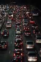 SÃO PAULO-SP-28,08,2014-TRÂNSITO/23 DE MAIO - O motorista segue com lentidão na Avenida 23 de maio ambos sentidos na região centro-sul da cidade de São Paulo,na noite dessa Quinta-Feira,28(Foto:Kevin David/Brazil Photo Press)