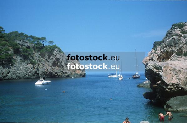 yachts and sailing boats at Deia bay<br /> <br /> yates y barcos de vela en la Cala Dei&agrave;<br /> <br /> Motoyachten und Segelboote in der Bucht von Deia<br /> <br /> 3728 x 2448<br /> 150 dpi: 63,13 x 41,45 cm<br /> 300 dpi: 31,56 x 20,73 cm <br /> original: 35 mm slide transparency