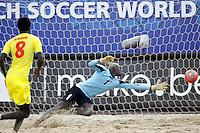 RAVENNA, ITALIA, 08 DE SETEMBRO DE 2011 - COPA DO MUNDO DE BEACH SOCCER -  Ndiaye goleiro, de Senagal, durante partida contra Portugal, válida pelas quartas de final da Copa do Mundo de Beach Soccer, no Estádio Del Mare, em Ravenna, Itália, nesta quinta-feira (8). (FOTO: WILLIAM VOLCOV - NEWS FREE).