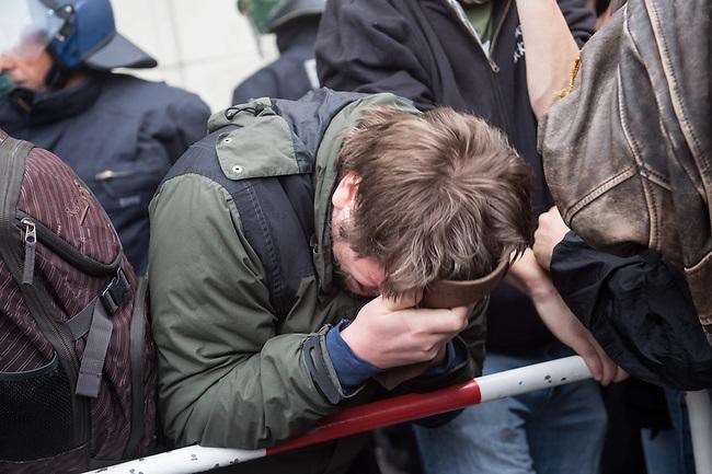 Bis zu 2500 Anhaenger der Rechtspartei &quot;Alternative fuer Deutschland&quot; (AfD) versammelten sich am Samstag den 7. November 2015 in Berlin zu einer Demonstration. Sie protestierten gegen die Fluechtlingspolitik der Bundesregierung und forderten &quot;Merkel muss weg&quot;. Die Demonstration sollte der Abschluss einer sog. &quot;Herbstoffensive&quot; sein, zu der urspruenglich 10.000 Teilnehmer angekuendigt waren.<br /> Mehrere tausend Menschen protestierten gegen den Aufmarsch der Rechten und versuchten an verschiedenen Stellen die Route zu blockieren. Gruppen von AfD-Anhaengern wurden von der Polizei durch Einsatz von Pfefferspray, Schlaege und Tritte durch Gegendemonstranten, die sich an zugewiesenen Plaetzen aufhielten, zur rechten Demonstration gebracht (Hier im Bild). Zum Teil wurden sie von Neonazis-Hooligans dabei angefeuert. Dabei kam es zu Verletzten, mehrere Gegendemonstranten wurden festgenommen.   <br /> 7.11.2015, Berlin<br /> Copyright: Christian-Ditsch.de<br /> [Inhaltsveraendernde Manipulation des Fotos nur nach ausdruecklicher Genehmigung des Fotografen. Vereinbarungen ueber Abtretung von Persoenlichkeitsrechten/Model Release der abgebildeten Person/Personen liegen nicht vor. NO MODEL RELEASE! Nur fuer Redaktionelle Zwecke. Don't publish without copyright Christian-Ditsch.de, Veroeffentlichung nur mit Fotografennennung, sowie gegen Honorar, MwSt. und Beleg. Konto: I N G - D i B a, IBAN DE58500105175400192269, BIC INGDDEFFXXX, Kontakt: post@christian-ditsch.de<br /> Bei der Bearbeitung der Dateiinformationen darf die Urheberkennzeichnung in den EXIF- und  IPTC-Daten nicht entfernt werden, diese sind in digitalen Medien nach &sect;95c UrhG rechtlich geschuetzt. Der Urhebervermerk wird gemaess &sect;13 UrhG verlangt.]