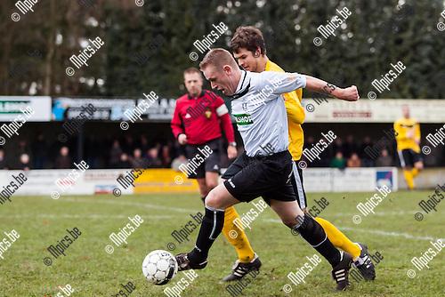 2012-12-16 / Voetbal / Seizoen 2012-2013 / Vlimmeren Sport-Merksplas SK / Erwin Van Dooren (l. Vlimmeren) in duel met Michiel Van Gemert (r. Merksplas)...Foto: Mpics.be