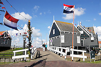 Koningsdag in Marken. Tijdens Koningsdag wordt Marken versierd met vlaggen