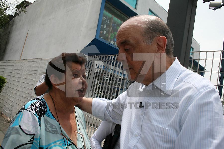 ATENÇÃO EDITOR: FOTO EMBARGADA PARA VEÍCULOS INTERNACIONAIS. – SÃO PAULO - SP - 16 DE SETEMBRO 2012 - ELEIÇÕES 2012 – José Serra, candidato do PSDB a prefeitura faz carreata na Av Cursino - Saúde, - região sul de São Paulo, nesta terça-feira (16). FOTO: MAURICIO CAMARGO / BRAZIL PHOTO PRESS.