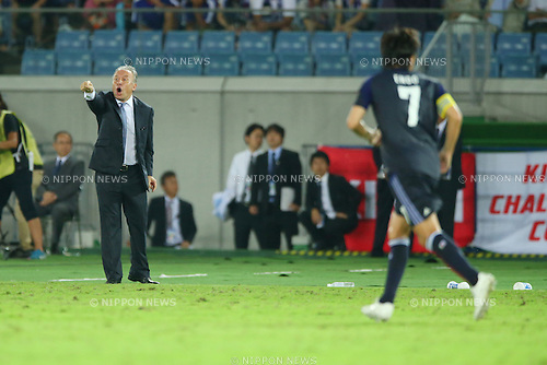 (L-R)   Alberto Zaccheroni, Yasuhito Endo (JPN),<br /> SEPTEMBER 10, 2013 - Football / Soccer :<br /> Japan's head coach Alberto Zaccheroni gives instructions during the Kirin Challenge Cup 2013 match between Japan 3-1 Ghana at Nissan Stadium in Kanagawa, Japan. (Photo by Kenzaburo Matsuoka/AFLO)