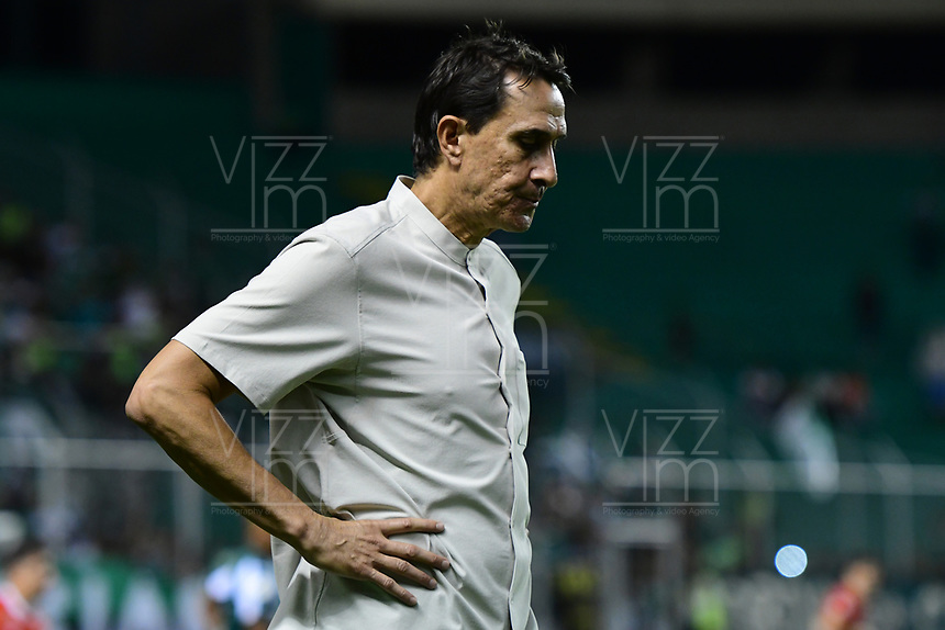 PALMIRA - COLOMBIA, 06-10-2019: Alexandre Guimaraes técnico de America gesticula durante el partido entre Deportivo Cali y América de Cali como parte de la Liga Águila II 2019 jugado en el estadio Deportivo Cali de la ciudad de Palmira. / Alexandre Guimaraes coach of America gestures during match between Deportivo Cali and America de Cali for the date 11 as part Aguila League II 2019 played at Deportivo Cali stadium in Palmira city. Photo: VizzorImage / Nelson Rios / Cont
