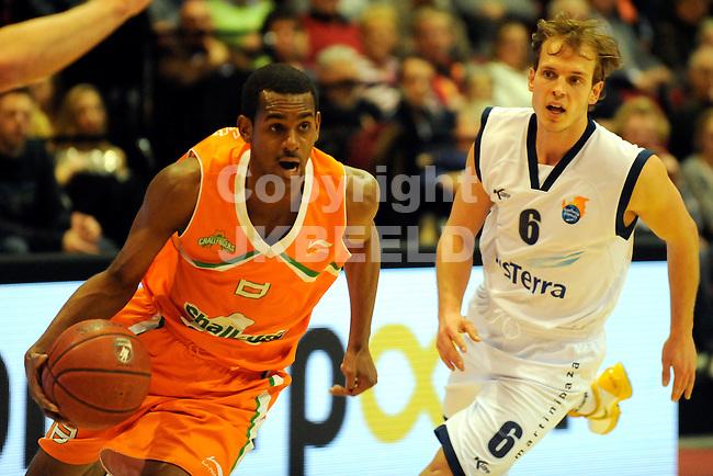 GRONINGEN - Basketbal Gasterra Flames - Rotterdam Seizoen 2010-2011 06-01-2011 Jeremey Ormskerk achtervolgt door Aron Roye.
