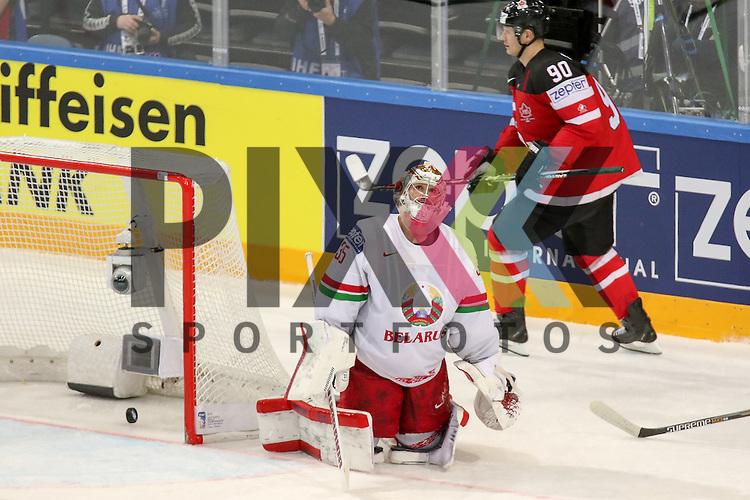 Belarus Lalande, Kevin (Nr.35)(CSKA Moscow) kann den Puck nicht halten, Tor Kanada, Canadas Spezza, Jason (Nr.90)  im Spiel IIHF WC15 Canada vs. Belarus<br /> <br /> Foto &copy; P-I-X.org *** Foto ist honorarpflichtig! *** Auf Anfrage in hoeherer Qualitaet/Aufloesung. Belegexemplar erbeten. Veroeffentlichung ausschliesslich fuer journalistisch-publizistische Zwecke. For editorial use only.